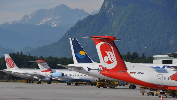 Streit um Salzburger Flughafen: Der Salzburger Flughafen ist an drei Seiten von Bergen umgeben. Das schränkt die Möglichkeiten für Starts und Landungen stark ein.