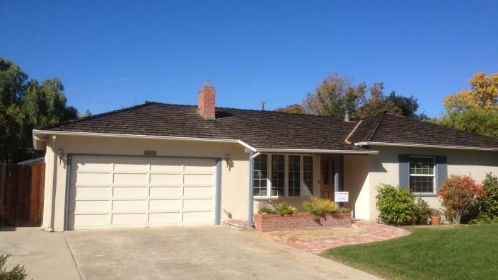 Apple: Es gibt viele Garagen in Los Altos, Kalifornien, diese hier, 2066 Crist Drive, ist auch nicht anders als die anderen. Aber in dieser haben Steve Jobs und Steve Wozniak die Firma Apple gegründet. Die Garage ist jetzt ein Denkmal.