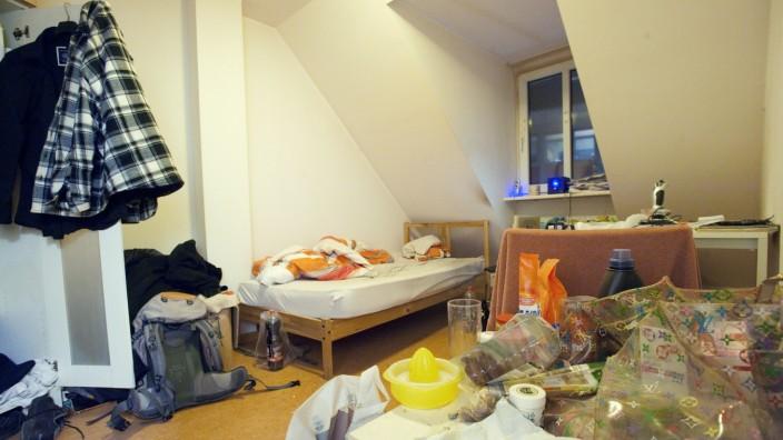 Die Zimmer in der Pilgersheimer Straße 42 sind winzig, die Möblierung spartanisch.