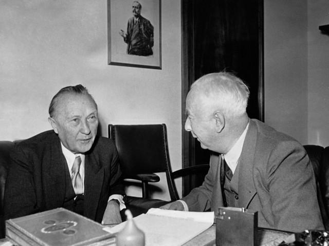Konrad Adenauer im Gespräch mit Theodor Heuss Bundespräsident