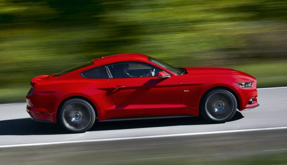 Der Ford Mustang in voller Fahrt.