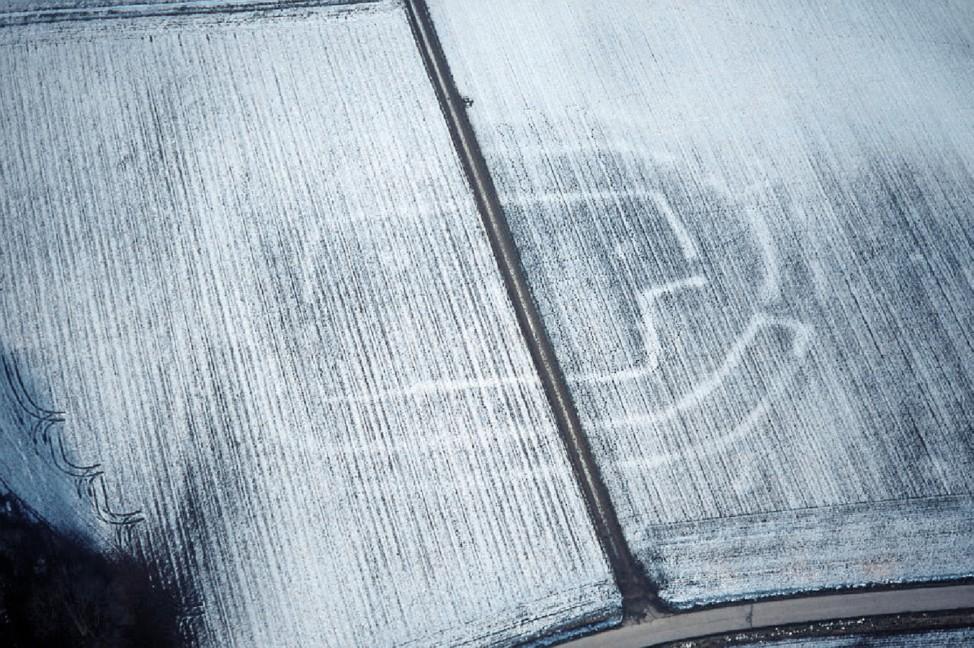 Luftbild von positiven Schneemerkmalen einer steinzeitlichen Befestigung bei Altheim im Landkreis Landshut.; Denkmäler in Bayern