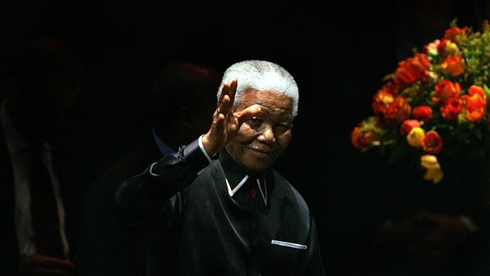 Südafrika: Weltweit steht sein Leben für Humanität und Versöhnung: Der erste schwarze Präsident Südafrikas, Nelson Mandela, ist gestorben.