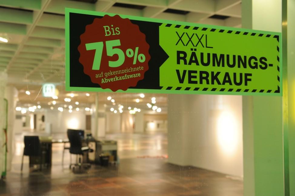 Letzter Verkaufstag im Möbelhaus XXXLutz auf der Theresienhöhe in München, 2013