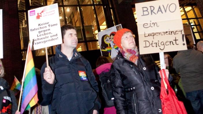 Demo Philharmonie, Demonstration gegen künftigen russischen Chefdirigenten der Philharmoniker, Valery Gergiev. Er wird der Schwulenfeindlichkeit bezichtigt.