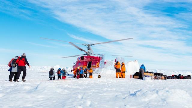 Feststeckendes Forschungsschiff in der Antarktis: Der Helikopter ist gelandet - die ersten Passagiere werden ausgeflogen.