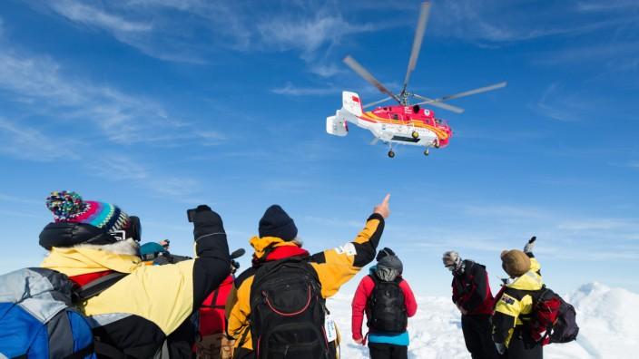 Feststeckendes Forschungsschiff in der Antarktis: Die 52 Passagiere des russischen Forschungsschiffs wurden per Hubschrauber gerettet.