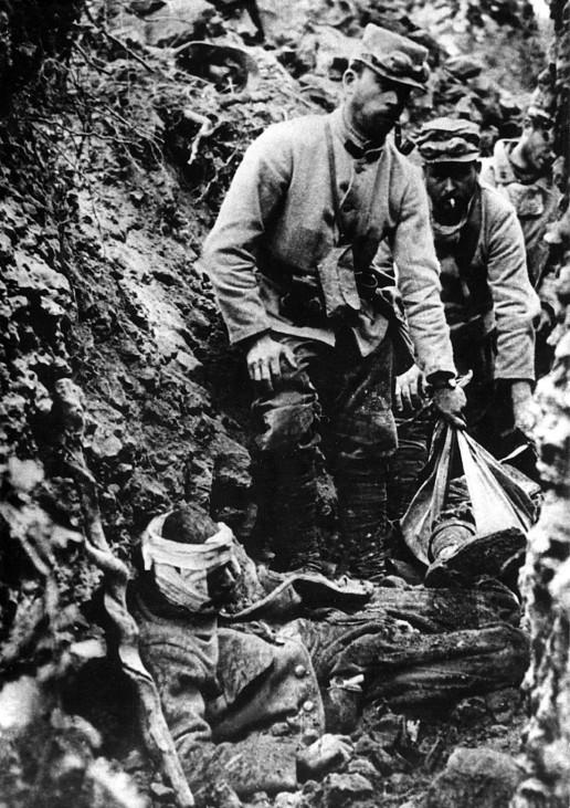 Erster Weltkrieg Westfront  Frankreich französische Soldaten Verwundeter