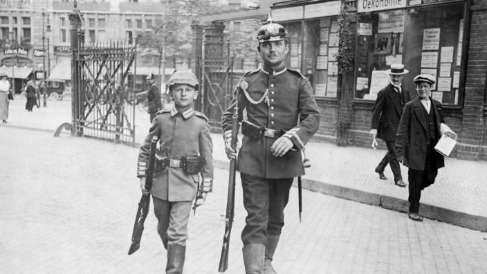 Junge und Gardesoldat in Berlin, 1914   Boy and Guards soldier in Berlin, 1914