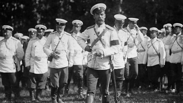 Zar Nikolaus II. während eines Manövers Russland