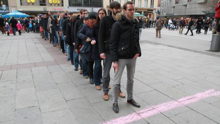 Lehrer in Bayern: Flashmob: Von 800 Referendaren, die ihre Ausbildung zum Schulhalbjahr abschließen, haben nur 170 eine Stelle bekommen.