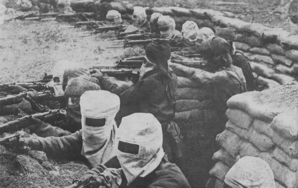 Britische Soldaten mit Gasmasken, 1917