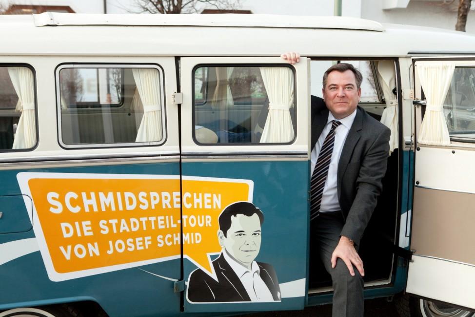 Stadtteil-Tour. Josef Schmid, CSU Fraktionssprecher Rathaus geht durch das Hasenbergl, Gartenstadt. Hier in der Hainbuchenstr.