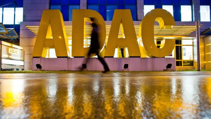 Der Schriftzug des Automobilclubs ADAC ist am Sitz des ADAC-Nordbayern zu sehen.