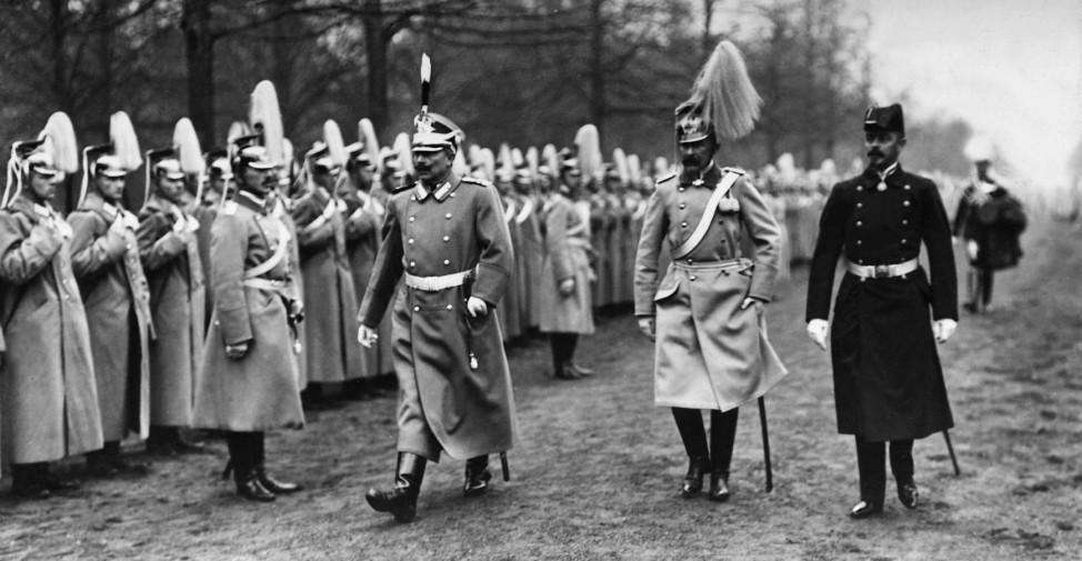 Wilhelm II. schreitet durch ein Truppenspalier in Potsdam