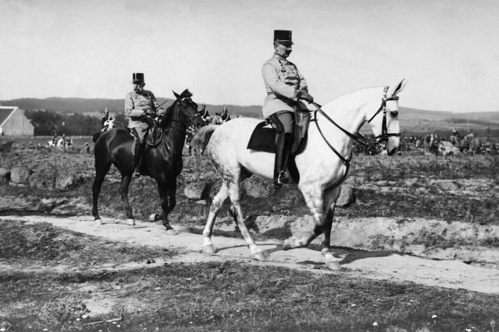 Kaiser Wilhelm II. mit Kaiser Franz Joseph I. bei einem Manöver, 1909