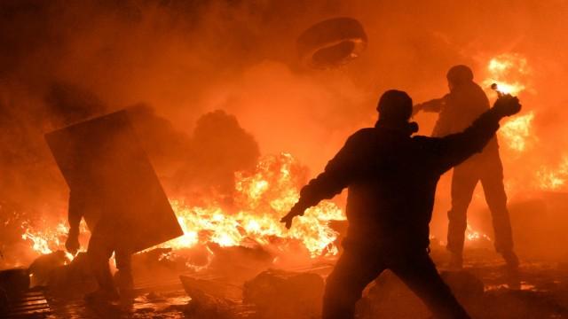 Proteste in Kiew: Ukraine: Demonstranten stoßen in der Nacht zum Samstag mit Sicherheitskräften zusammen.