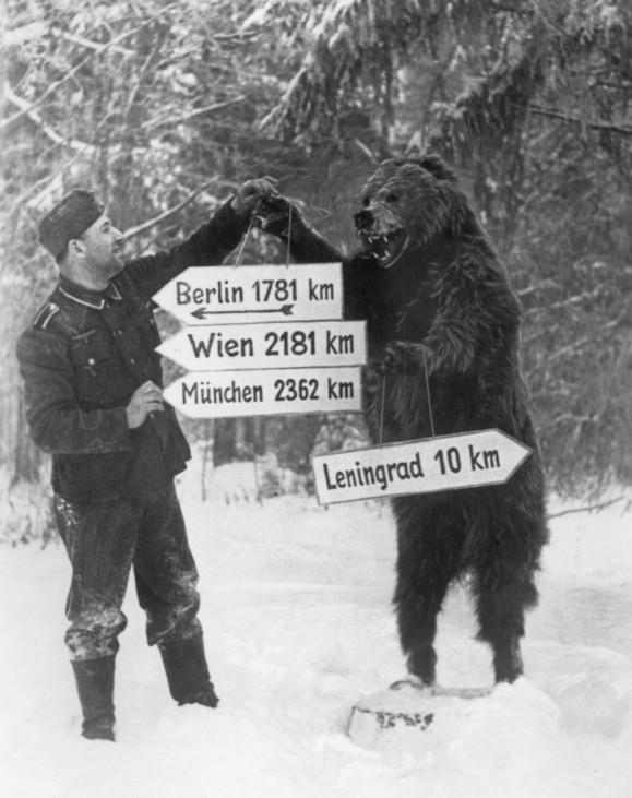 Deutscher Soldat mit Wegweiser an der Ostfront, 1941