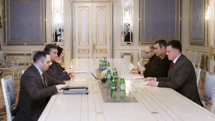 Machtkampf in der Ukraine: Krisengespräch in Kiew: Präsident Janukowitsch hat Vertreter der Opposition getroffen - und in mehreren Punkten Einigungen erzielt.