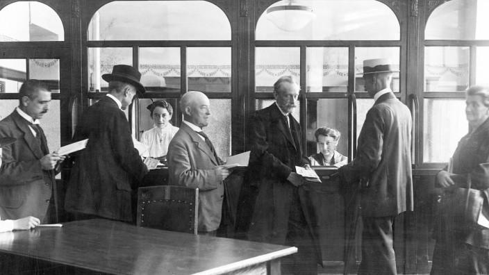 Sterben der Bankfilialen: Schon seit Jahren schließen Banken ihre Filialen. Als diese Sparkassen-Filiale um 1900 in Berlin eröffnete, war das noch ganz anders.