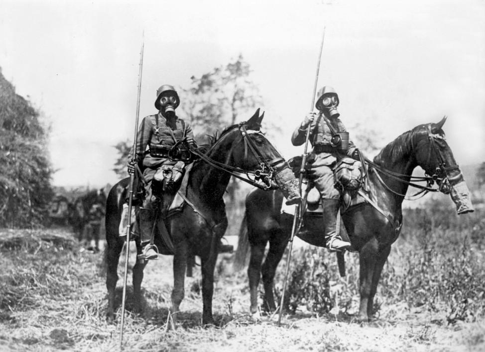 Berittene Patrouille mit Gasmasken im Ersten Weltkrieg