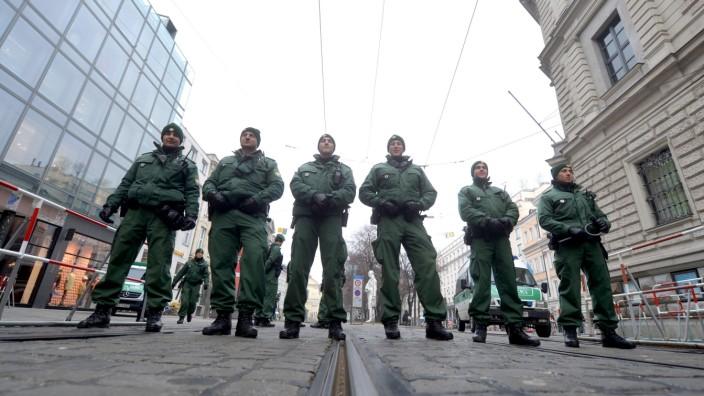 olizeibeamte stehen am 31.01.2014 in München (Bayern) vor Beginn der 50. Sicherheitskonferenz in der Nähe des Hotels Bayerischer Hof an einer Straßensperre.