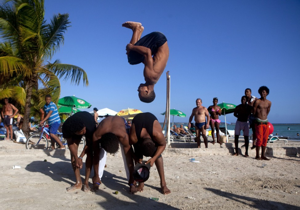 Junge Akrobaten am Strand des Touristenresorts Boca Chica in Santo Domingo