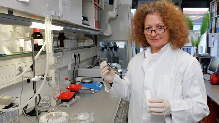 Isotopenanalyse in München: Die Biologin Christine Lehn analysiert am Institut für Rechtsmedizin die Isotopensignatur unbekannter Toter.