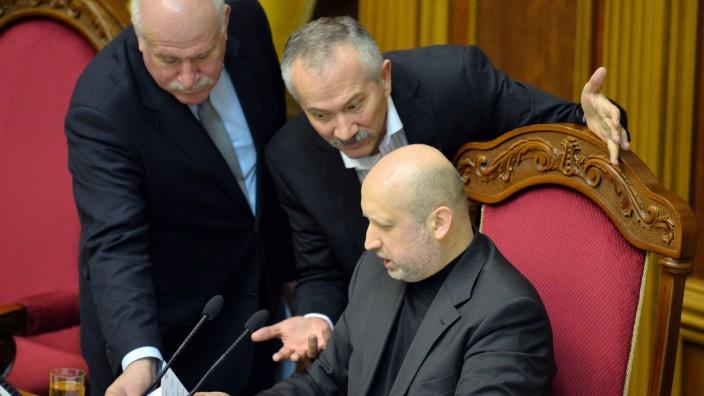 Umbruch in der Ukraine: Der neue Übergangspräsident Alexander Turtschinow (rechts) diskutiert mit Abgeordneten im Parlament von Kiew.
