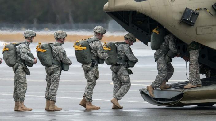 US-Soldaten: Fallschirmspringer üben in der Oberpfalz