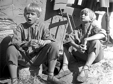 Lech und Jaroslaw Kaczynski als Kinderstars, dpa