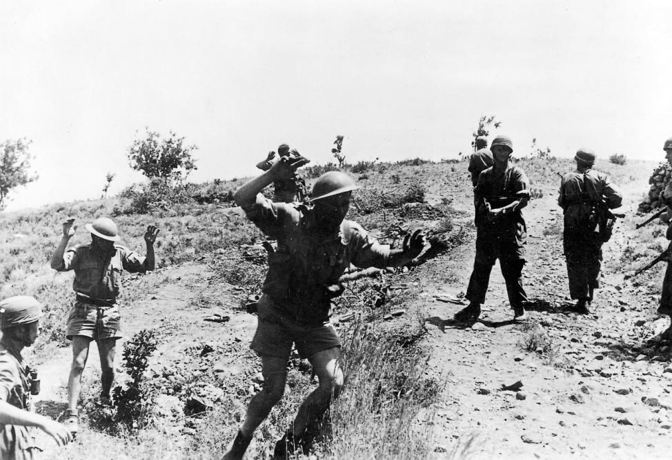 Deutsche Fallschirmjäger mit englischen Kriegsgefangenen, Kreta 1941