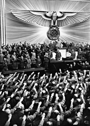 Reichstagsabgeordnete erheben den Arm zum Hitlergruß, 1941