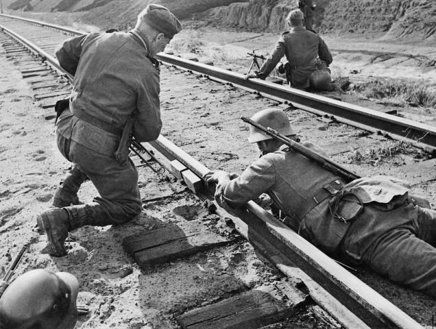 Deutsche Pioniere entfernen Sprengladung von Eisenbahnschienen