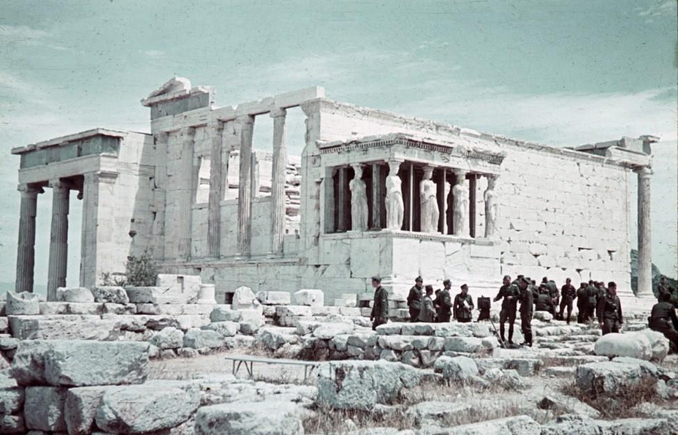 Wehrmacht in Athen: Deutsche Soldaten auf der Akropolis im Zweiten Weltkrieg. Foto: Oliver Das Gupta / SZ Photo