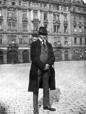 Franz Kafka auf dem Altstädter Ringplatz, Prag, Foto: © Deutsches Literaturarchiv, Marbach/N.