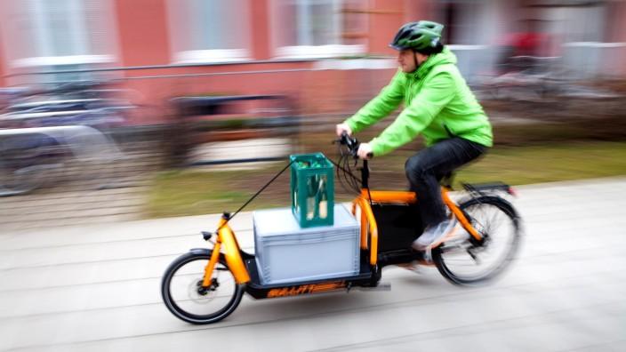 Radfahrer mit Lastenfahrrad, 2014