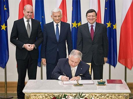 Lech Kaczynski unterzeichnet EU-Vertrag, AFP