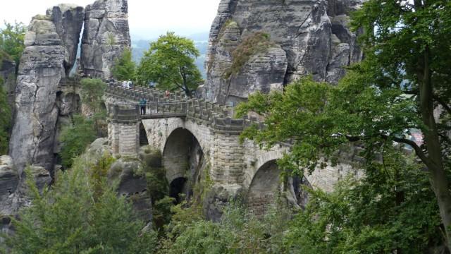 Zu Zeiten Caspar David Friedrichs war die Brücke über die Bastei noch aus Holz - doch der Künstler ließ sie auf seinen Werken ohnehin einfach weg.