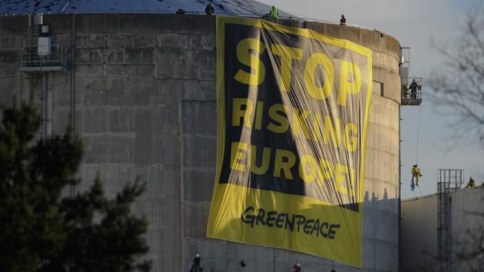 Frankreich: Mehr als 60 Greenpeace-Aktivisten protestieren am französischen Akw Fessenheim gegen überalterte Reaktoren.