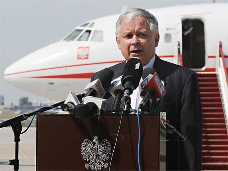 Lech Kaczynski vor der Presse, AP