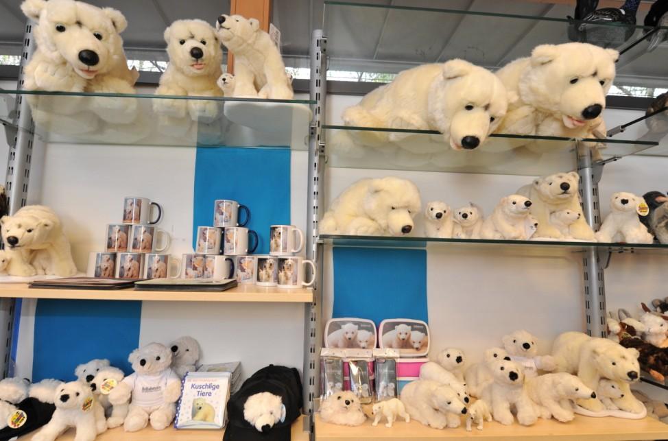 Sie sehen aus wie Teddybären und verzücken die Besucher: Die Eisbären-Babys haben am Wochenende für einen Ansturm auf den Tierpark Hellabrunn in München gesorgt - und lieferten Hobbyfotografen unzähli