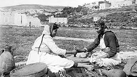Arabische Frauen in der Gegend um Nazareth. Die Aufnahme ist undatiert, entstand aber vor der Gründung Israelis 1948 foto: scherl