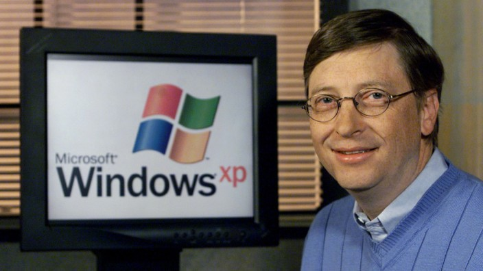 BILL GATESNEXT TO WINDOWS XP SCREEN