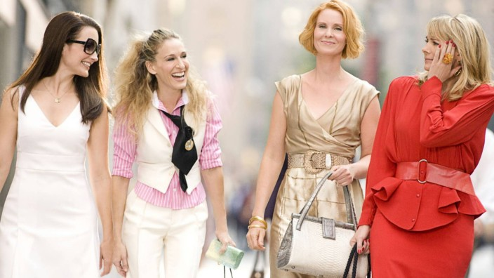 Gehälter von Serienfiguren vs. Realität: Serienfigur Carrie Bradshaw (Zweite von links) rackert sich nicht ab, zahlt aber auch nur 700 Euro Miete.