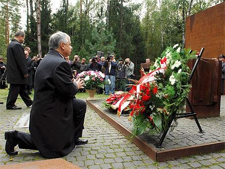Lech Kaczynski in Katyn, dpa