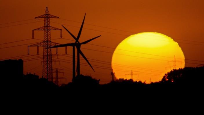 Windräder und Stromleitung