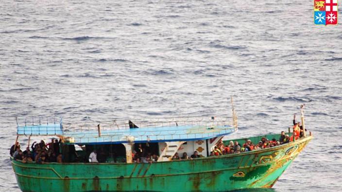 Datenprojekt zu Flüchtlingsdrama: Die italienische Küstenwache hat dieses Bild am 27. März veröffentlicht: Fast 130 Flüchtlinge wurden aus dem Boot gerettet.