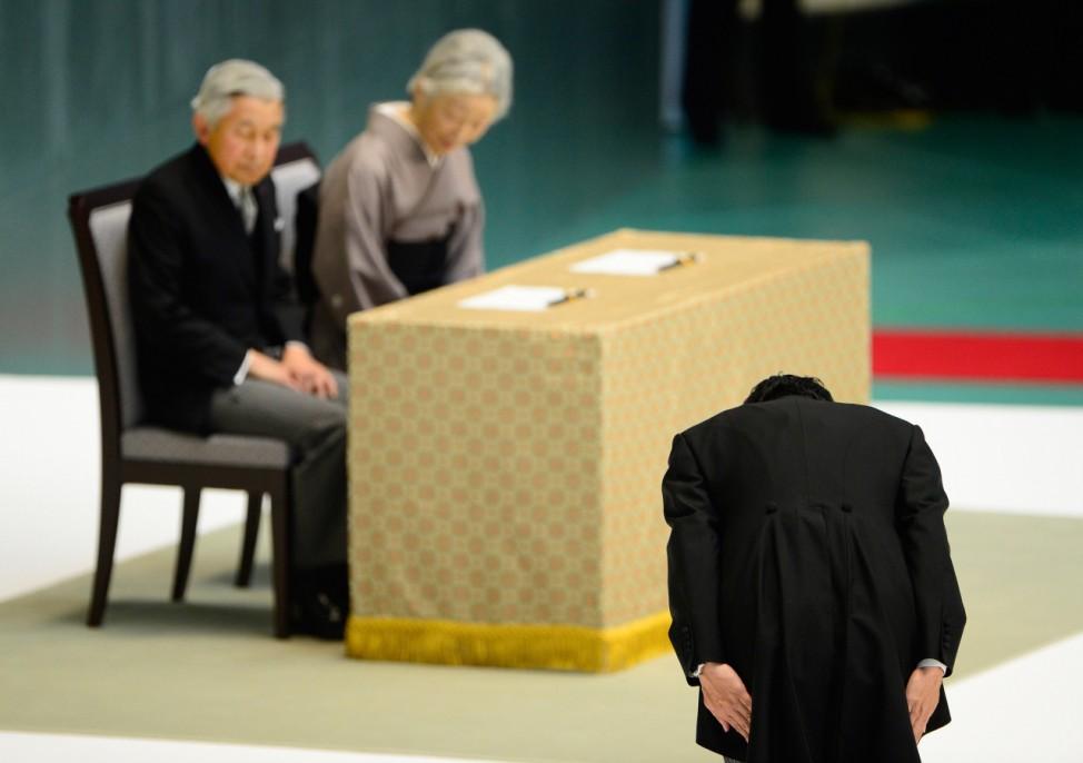 Der japanische Premierminister Shinzo Abe  verneigt sich vor Kaiser Akihito und Kaiserin Michiko in Tokyo.