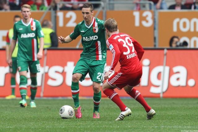 l r im Zweikampf Aktion mit Dominik Kohr 21 FC Augsburg und Toni Kroos 39 FC Bayern Muenchen